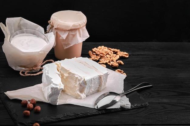 Produtos lácteos variados, leite, iogurte, queijo cottage, creme de leite, natureza morta rústica produtos lácteos de vacas de fazendeiro