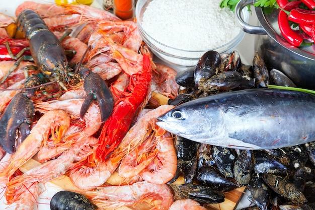 Produtos marinhos não cozidos e temperos na cozinha