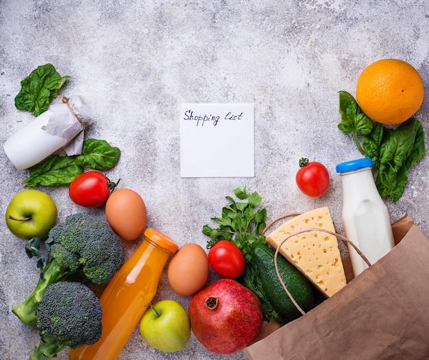 Produtos orgânicos saudáveis com saco de papel