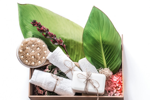 Produtos orgânicos spa em uma caixa de madeira