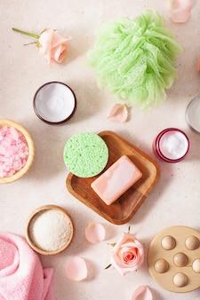 Produtos para a pele e flores rosas. cosméticos naturais para tratamento de spa em casa