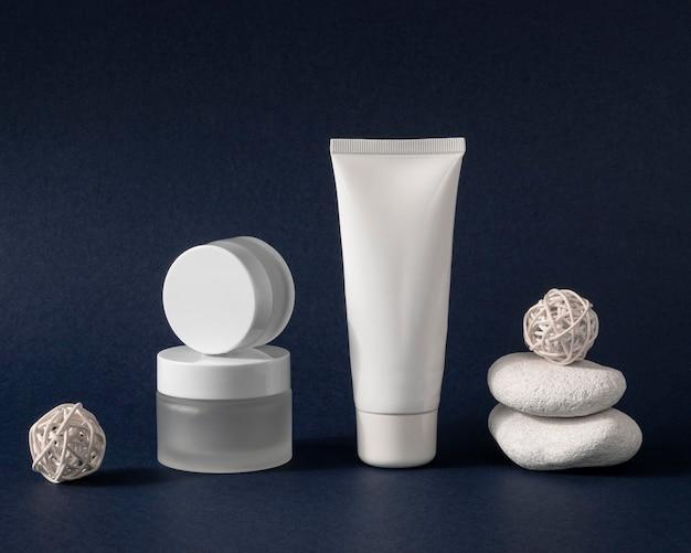Produtos para a pele em diferentes arranjos de recipientes