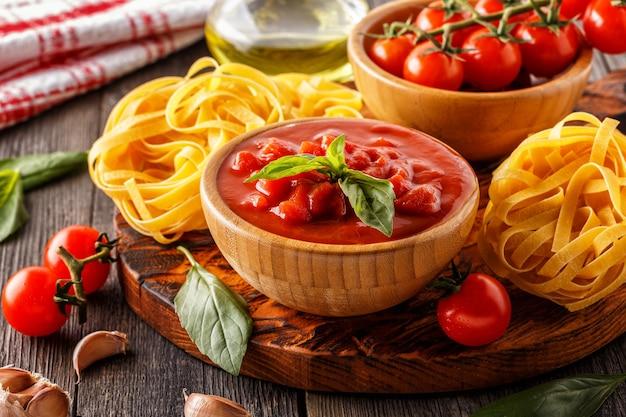 Produtos para cozinhar molho de tomate, macarrão, tomate, alho, azeite, azeite