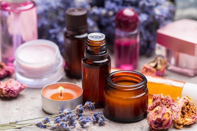 Produtos para cuidados com o corpo de lavanda. aromaterapia, spa e conceito de saúde natural