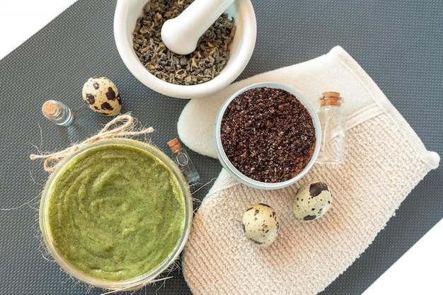 Produtos para cuidados corporais planos com chá, sal, café, óleo natural e ovos de codorna. spa ainda vida. peeling corporal.