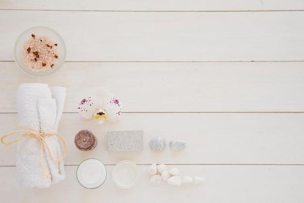 Produtos para o cuidado da pele e flor de orquídeas brancas