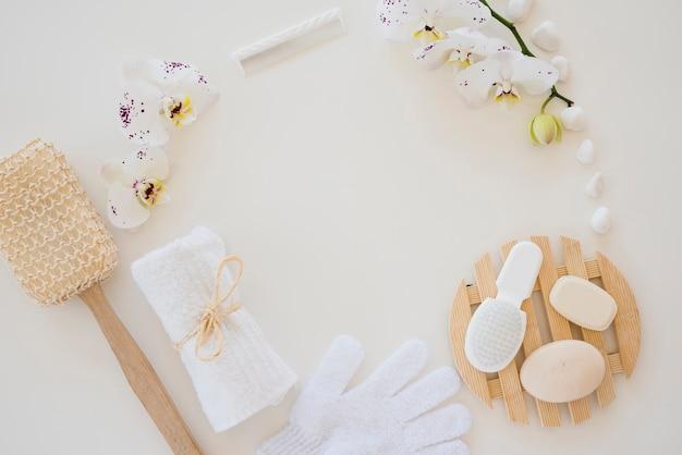 Produtos para o cuidado da pele e flores de orquídeas brancas