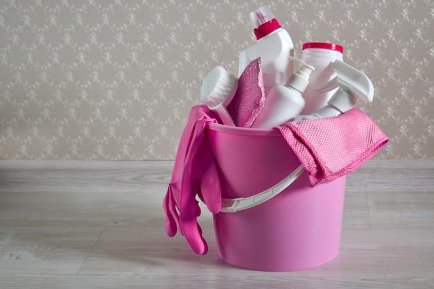 Produtos químicos domésticos em um balde. limpando produtos.