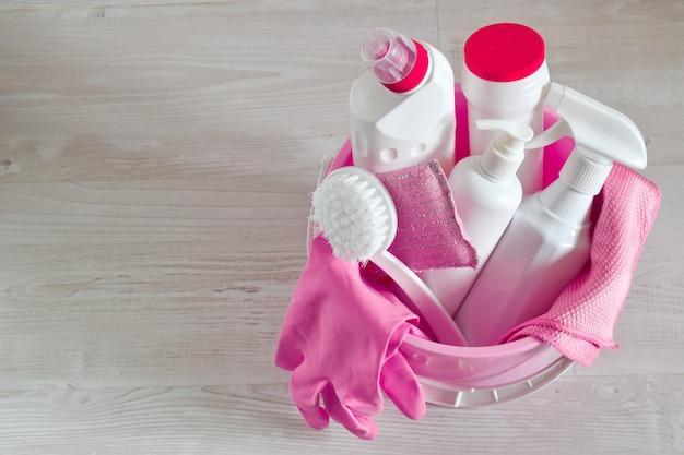 Produtos químicos domésticos em um balde. vista superior de produtos de limpeza.