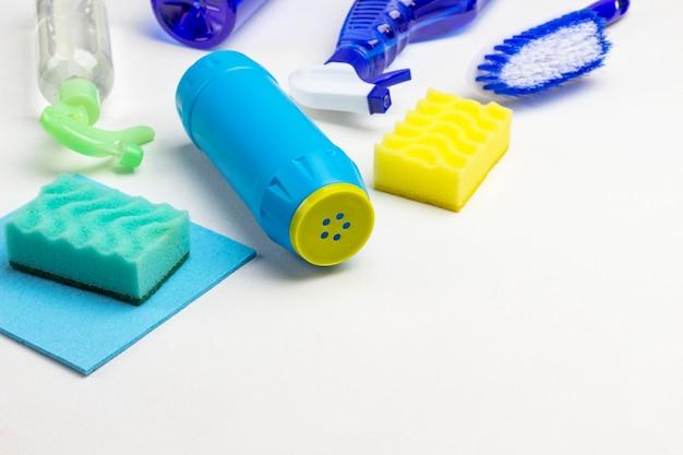 Produtos químicos domésticos para limpar o apartamento. copie o espaço. fundo branco. vista do topo