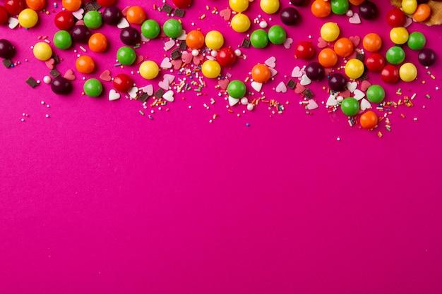Produtos saborosos e festivos sobre o fundo rosa brilhante
