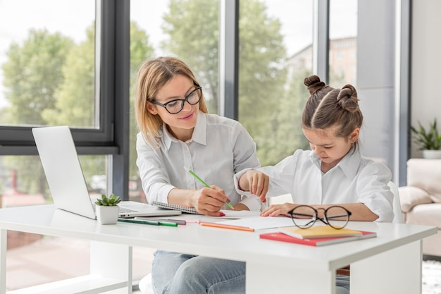 Professor, ajudando a filha a estudar