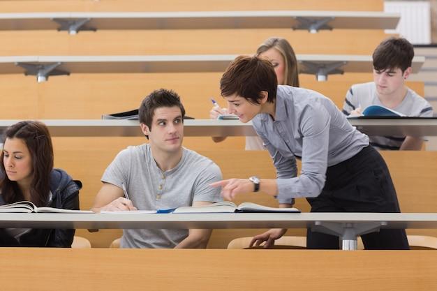 Professor, ajudando, estudante