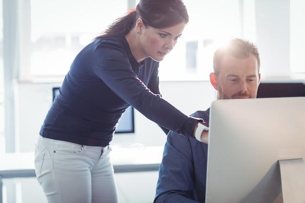 Professor, ajudando o aluno maduro na sala de informática