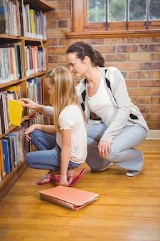 Professor ajudando um aluno a escolher um livro