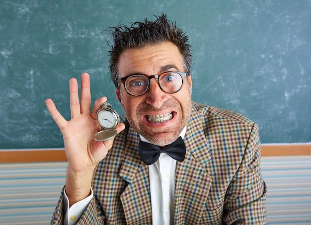 Professor bobo nerd mostrando relógio vintage cadeia