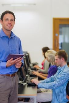 Professor, com, estudantes, usando, computadores, em, sala computador