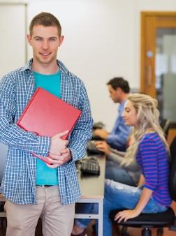 Professor, com, jovem, estudantes universitários, usando, computadores, em, sala computador