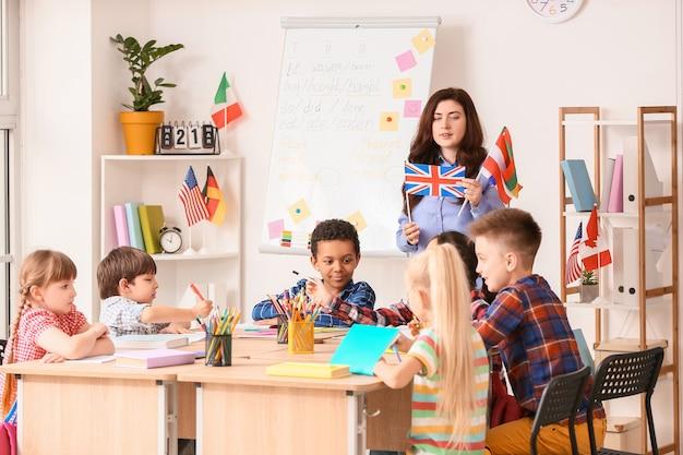 Professor conduzindo aula para crianças pequenas na escola de línguas