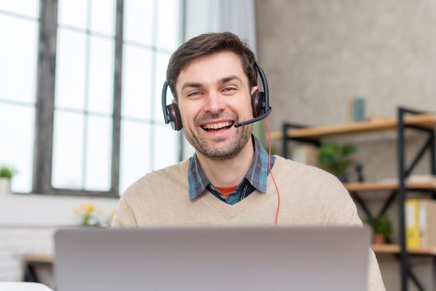 Professor conversando com seus alunos on-line