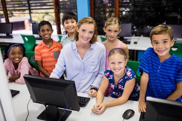 Professor dando aula para seus alunos com computador pc