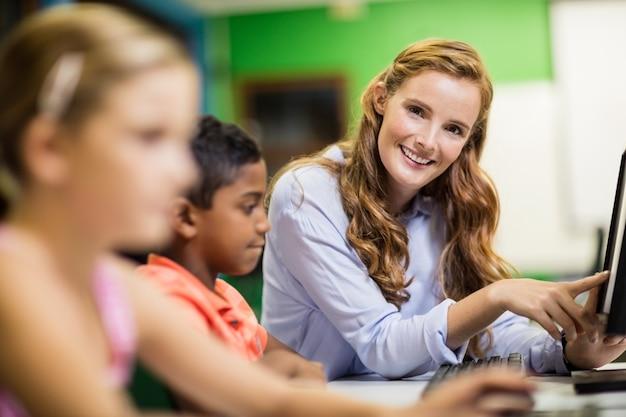 Professor dando aula para seus alunos com tablets digitais