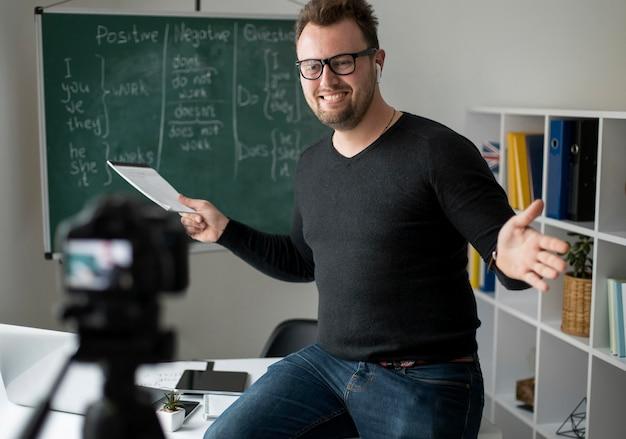 Professor dando uma aula de inglês online para seus alunos