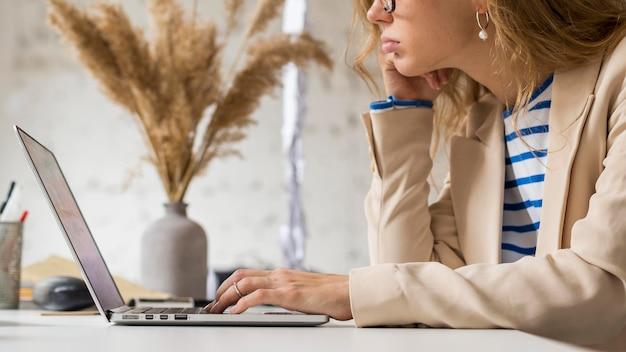 Professor de close-up trabalhando em um laptop