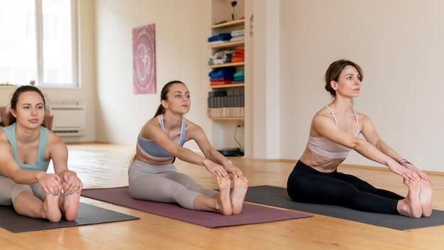 Professor de ioga dando aula