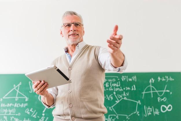 Professor de matemática envelhecido, pedindo classe