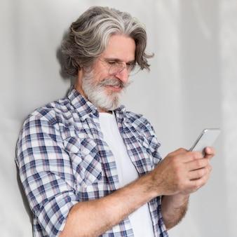 Professor de pé e usando o telefone