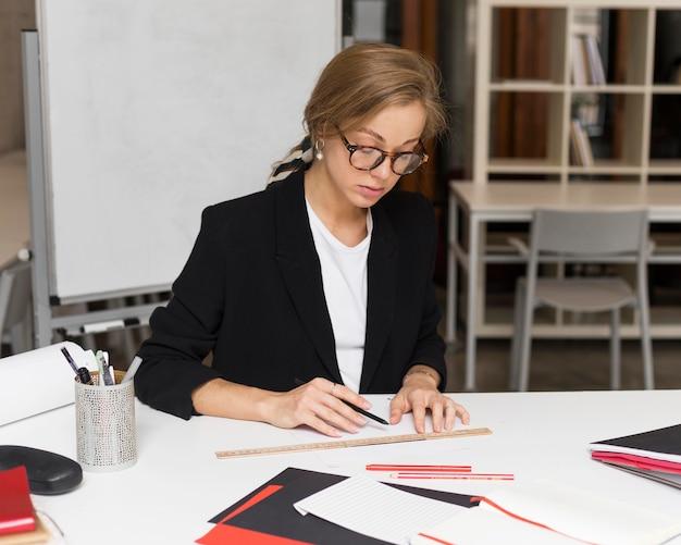 Professor de retratos fazendo anotações
