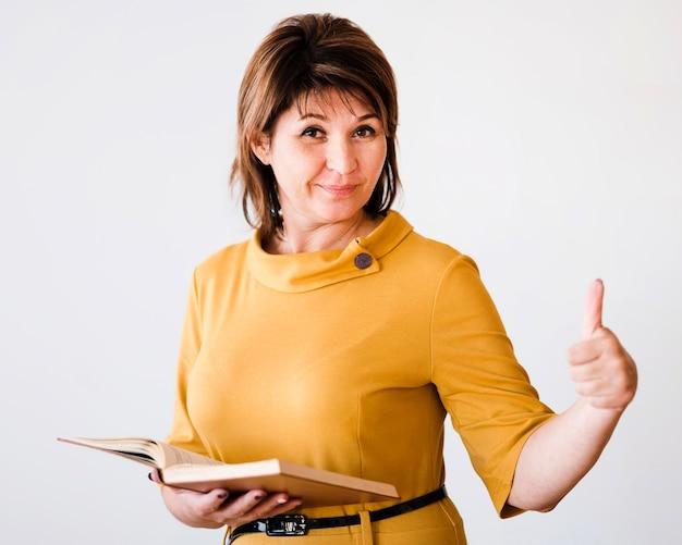 Professor de retratos mostrando sinal de ok