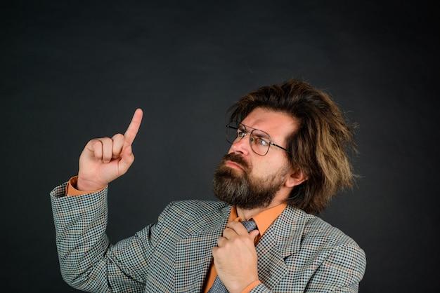 Professor de volta às aulas professor barbudo retrato do conceito de escola pensativa de professor homem barbudo em
