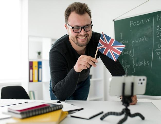 Professor do sexo masculino dando aula de inglês online para seus alunos