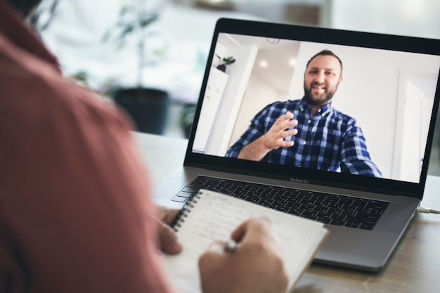 Professor do sexo masculino ministra treinamento ou aula online