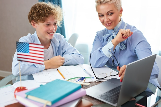 Professor e aluno bonitos dando aula