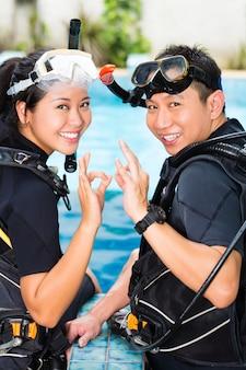 Professor e aluno em uma escola de mergulho