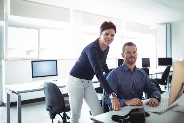 Professor e aluno maduro na sala de informática