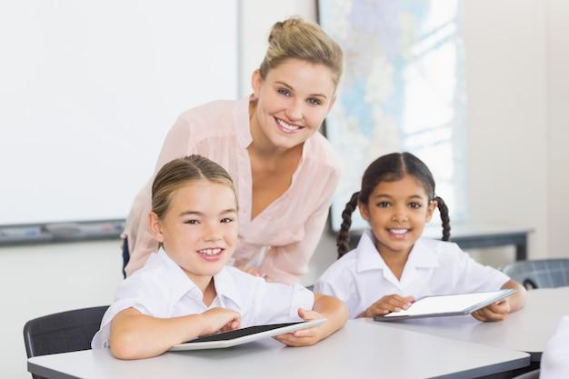Professor e crianças usando tablet digital