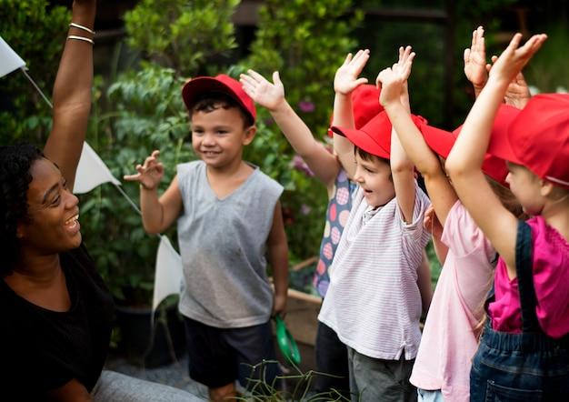 Professor e escola de crianças aprendendo jardinagem ecologia