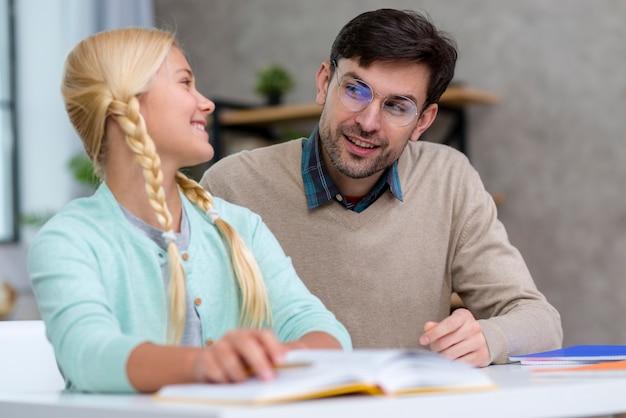 Professor e jovem estudante sendo satisfeito