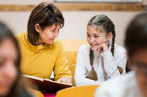 Professor em sala de aula explicando a lição para os alunos