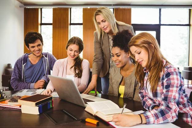 Professor, ensinando, grupo, de, estudantes, em, biblioteca