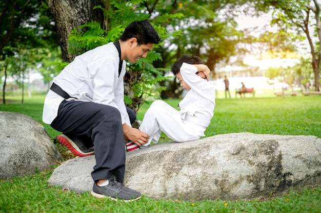 Professor, ensinando, taekwondo, crianças, crianças, menino, é, aprendizagem, taekwondo