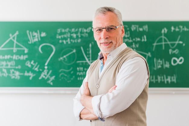 Professor envelhecido sorrindo em sala de aula