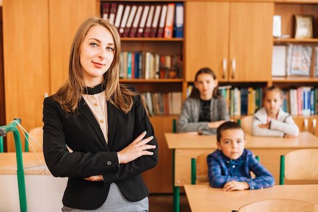Professor, escola, fundo, sentando, escrivaninha, estudantes