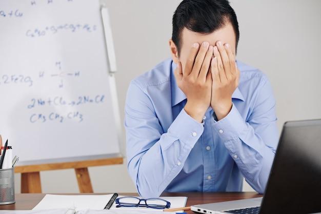 Professor estressado e cansado