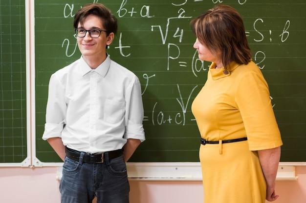 Professor explicando lição para menino