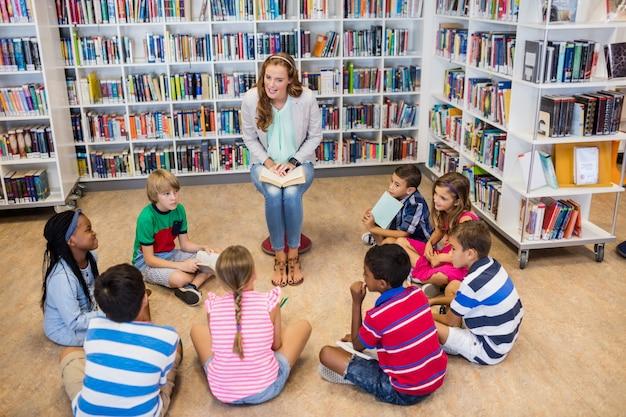 Professor lendo livros para seus alunos